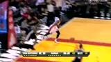 视频:帕克突破遭抢断 韦德一条龙快攻暴扣
