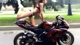 热辣比基尼美女特技摩托车 趴车驾驶大秀美腿