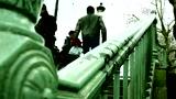 法国跑酷型男飞檐走壁 用身体探索城市每个角落