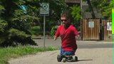 视频:生下来失去四肢 但无法阻止他参加全马