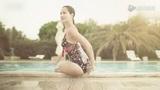 泳池女神高叉泳衣秀身材 出水芙蓉高雅美丽
