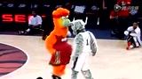 视频:热火森林狼吉祥物斗舞秀 搞笑扭腰翘臀
