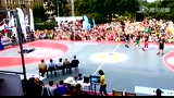 视频:香农布朗扣篮表演失败 跃球迷尴尬滑倒