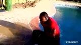 2012年度泳池愚蠢失误集锦 男子飞越泳池倒霉卡裆