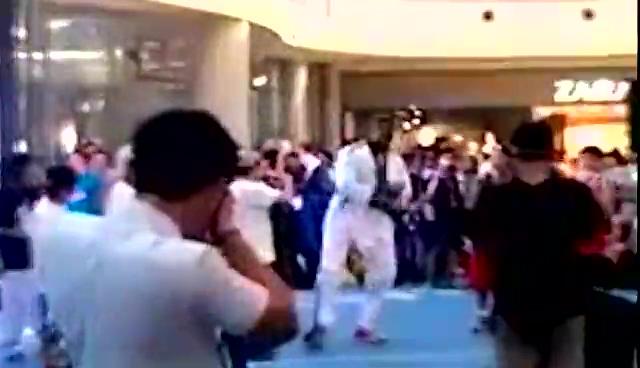视频:网友实拍霍华德 魔兽韩国商场跳骑马舞