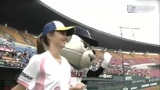 米兰达可儿助阵棒球赛 抛球滚地男球迷跳脚欢呼
