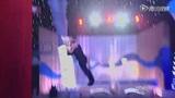 跳水秀贾巴尔出场引欢呼 美女惊艳高跟鞋花样游泳