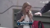 美女主播报道棒球赛话筒被球打飞 捡起话筒淡定接着唠