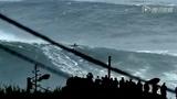 史上最疯狂人肉冲浪 浪花比楼高神似大海啸