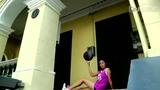 萝莉美女长腿秀花式街球 性感转球炫技险些露底