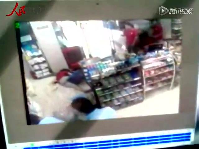 安徽2名警察目睹少女被杀未制止监控曝光截图