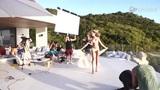 群男围观宝贝拍泳装写真 奢华泳池比基尼清凉惹火