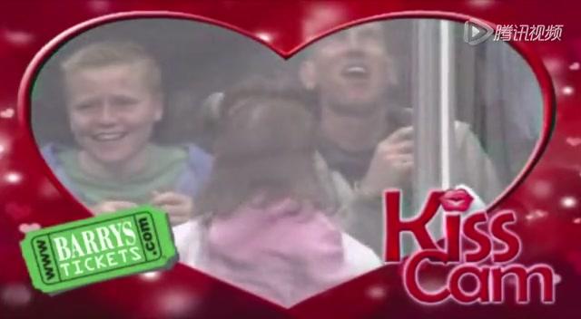 有爱!贝克汉姆抱女儿看球赛 献吻秀父爱截图