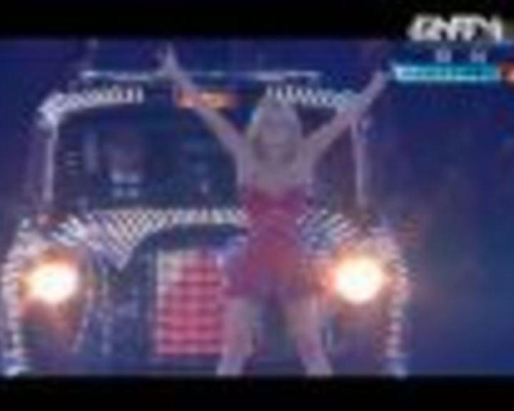 视频:辣妹组合乘车绕场 一齐唱《Wanna be》