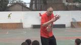 视频:张卫平走访北京小学 训练指导小学篮球