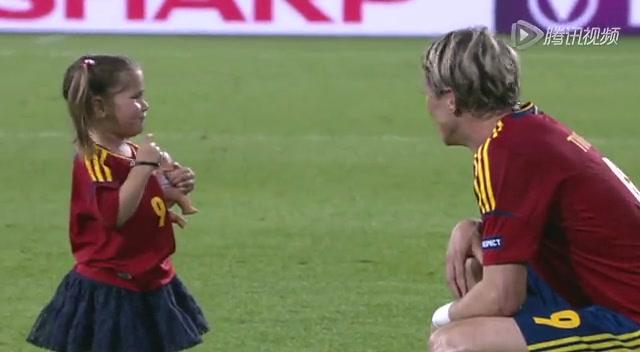 托雷斯与儿女玩耍