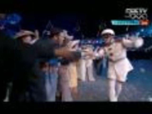 视频:人间大炮惊现伦敦碗 滑稽表演笑翻全场