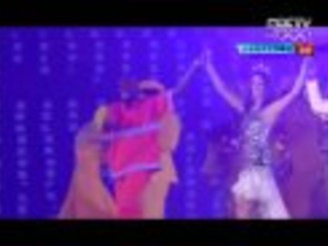 视频:清洁工挽住名模起舞 展现巴西独特风貌