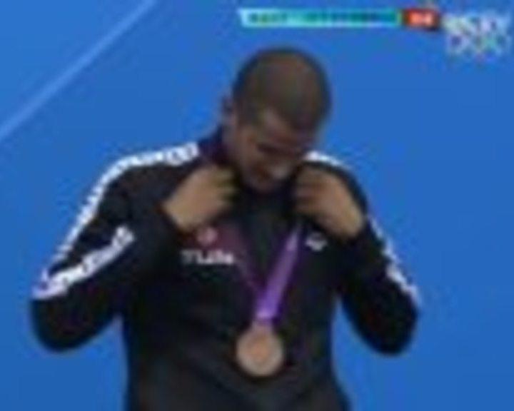 视频:男子1500米自由泳颁奖 孙杨喜摘第二金