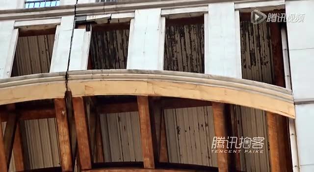 【拍客】上海现最牛违章建筑连廊处搭建玻璃房截图