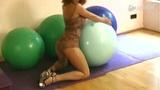 爆乳紧身装女子大尺度玩健身球 半透明蛇皮吊带抢眼