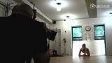 摄影师趴地追拍宝贝健身 长腿妹扭身子卖萌汗透衣衫