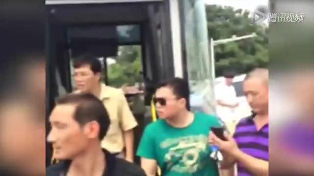 南京一路口多车相撞致2死 现场一片狼藉截图