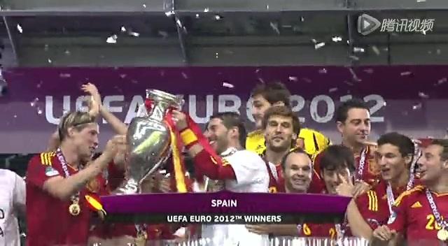 西班牙队捧杯时刻