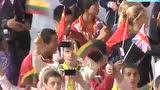 视频:中国运动员入场 摇旗拍照享受狂欢时刻