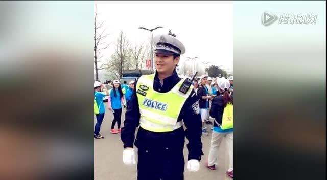 重庆交警维持秩序 因长太帅引发交通混乱截图