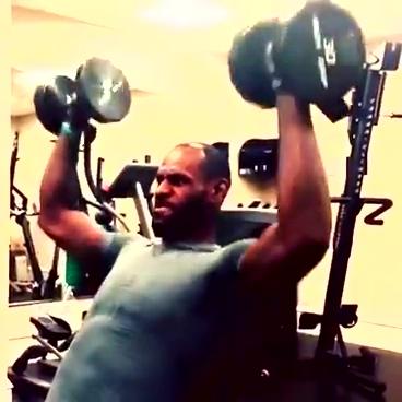 视频:詹皇健身房挥汗如雨 恐怖肌肉狂举杠铃