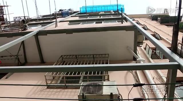 【拍客】上海一居民楼墙体倾斜阳台用钢架支撑截图
