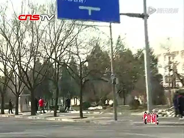实拍北京井下人家蜗居地被清理 井口被封截图