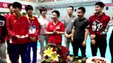 视频:功勋教练泳池边庆生 称金牌是最好生日礼物