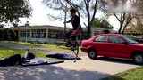 视频:牛人穿弹簧高跷飞汽车 林中半空秀平衡