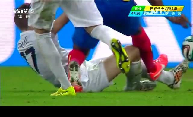 【红牌】瓦伦西亚踩踏法国边卫 遭裁判红牌罚下截图
