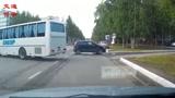 两车视线盲区相撞,教练说旁边这辆大巴也有责任,怎么理解呢?