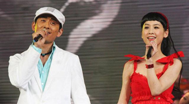 阿宝和老婆张冬玲同台演唱《一路歌唱》太好听