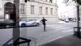 视频:街头追逐双人跑酷 高墙翻越神似蜘蛛侠