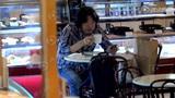 独家:老狼独自现身咖啡面包充饥 人到中年头发已花白