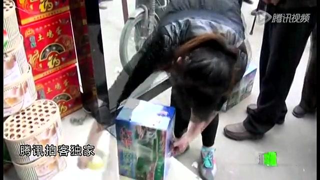 【拍客直击】兰州自来水苯超标 市民疯狂抢购矿泉水截图