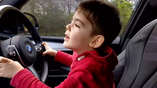 六岁熊孩子开宝马汽车,打方向盘的手法很特别