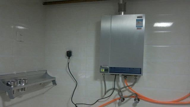 """好还是电热水器""""相关的详细问题如下:家里装燃气热水器好还是电热水器图片"""