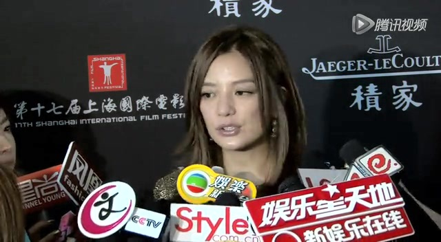 赵薇暗金短裙瘦美腿半露 捧场上海电影节发布会