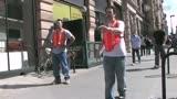 街道上按男左女右强行分开路人 太闹了!