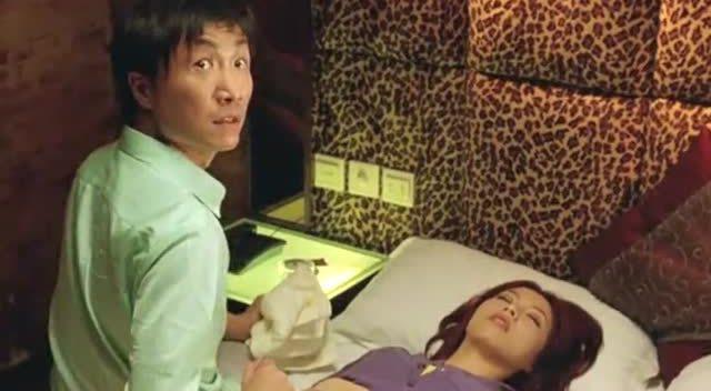 帅哥拼命灌女孩喝酒,带到酒店结局很狗血!