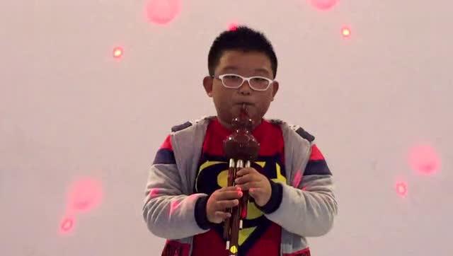 小男孩葫芦丝演奏《军中绿花》小朋友你真是太有才了,超级好听!