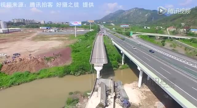 航拍粤赣高速匝道断裂现场 施工车到位抢修截图