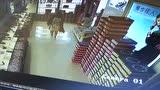 平邑女子店内偷东西,被监控拍摄!