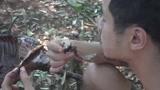 缅甸好基友野外求生:在森林里捕到野猪,做烤乳猪